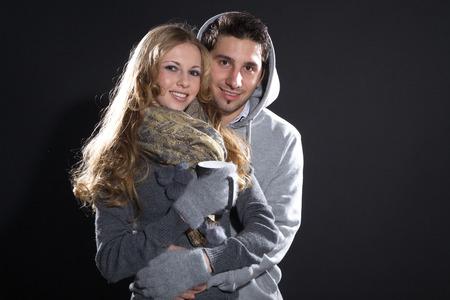 schöne Paar in Weihnachtsstimmung und Glühwein Lizenzfreie Bilder