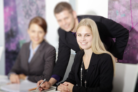 Geschäftsleute im Büro Verträge beinhalten Standard-Bild