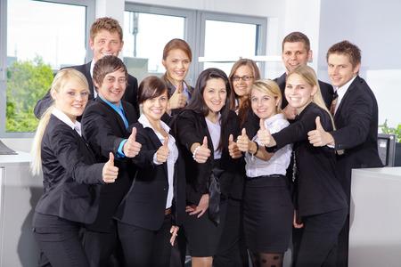 Geschäftsleute, die Daumen nach oben