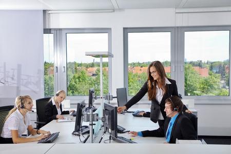 Geschäftslage im freundlichen Büro Standard-Bild