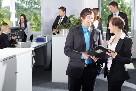 Office Business Männer und Frauen im Gespräch Standard-Bild