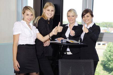 Business-Frauen mit Thump oben in Office