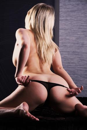 Schöne nackte weibliche Körper auf dunklem Hintergrund Lizenzfreie Bilder