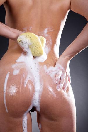 gewaschen Körper von hinten mit Schaum