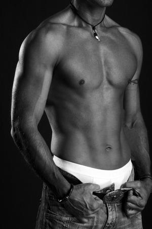 Mann mit nackten Oberkörper schwarz und weiß