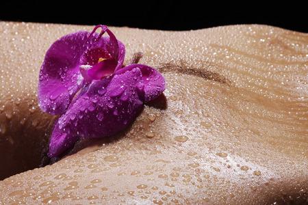 intiem met orchidee en water