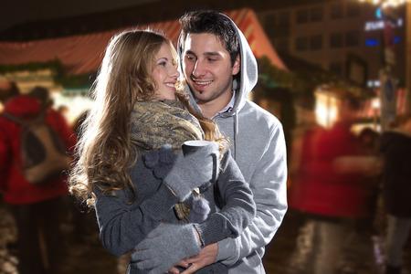 schöne Paar in Weihnachtsstimmung und Glühwein Standard-Bild
