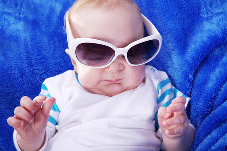 sole occhiali: bel bambino con occhiali da sole
