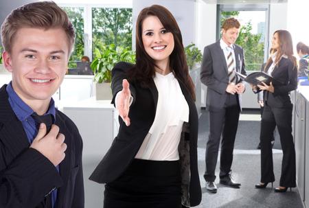 begrüßt Geschäftsfrau mit Hände schütteln