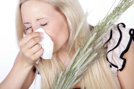 손수건과 목초를 가진 여자 스톡 콘텐츠