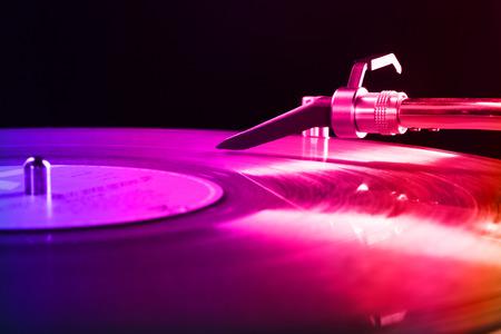 Plattenspieler mit farbigen Vinyl-Schallplatte Lizenzfreie Bilder