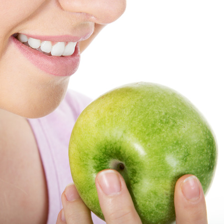 Frau isst einen saftigen Apfel Nahaufnahme Lizenzfreie Bilder
