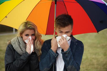 우산 재채기 아래 젊은 부부
