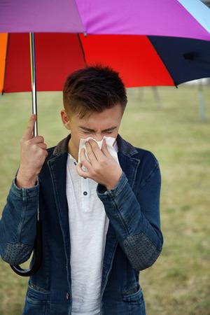 손수건과 우산 젊은 현대 남자
