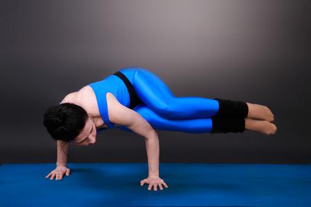 Sportliche Frau macht Yoga