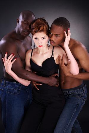 schöne Frau mit zwei schwarzen Männern