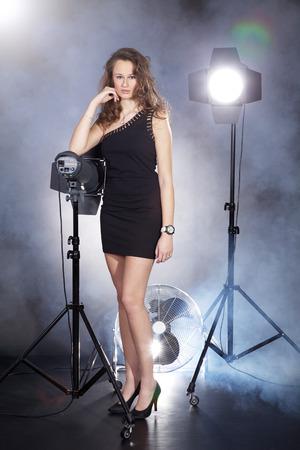 hübsche Frau posiert im Studio