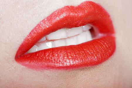 Hübscher Frauen lachen Mund, weiße Zähne roten Lippen