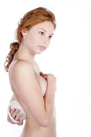 schöne Frau oben ohne Bräutigam mit einem Schwamm