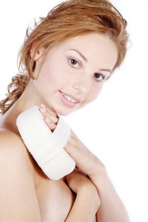schöne Frau pflegt mit einem Schwamm