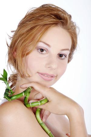 schöne Frau mit Bambus Blume in der Hand Lizenzfreie Bilder