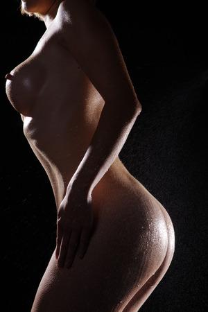 Schöne weibliche Körper auf einem dunklen Hintergrund Standard-Bild - 31502738