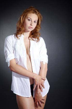 posa sexy: bella donna in posa sexy con la camicia Archivio Fotografico