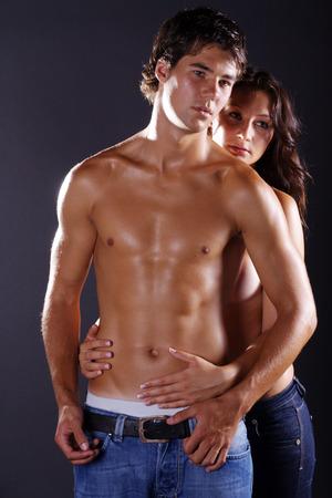 hübsches Paar in Jeans und mit nacktem Oberkörper