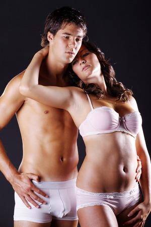 schöne Frau und männliche Körper in Dessous