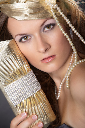 Mode Porträt Golden Lady mit Perlen