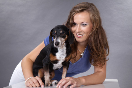 Schöne Frau und Hund beim Kuscheln