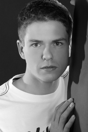 junger stattlicher Mann sucht verträumt close up als Schwarz-Weiß-Foto
