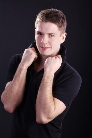 jungen Mann mit der Hand auf dem Kragen Lizenzfreie Bilder