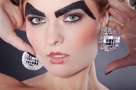 maquillaje de fantasia: modelo con maquillaje de fantas�a y bolas de discoteca