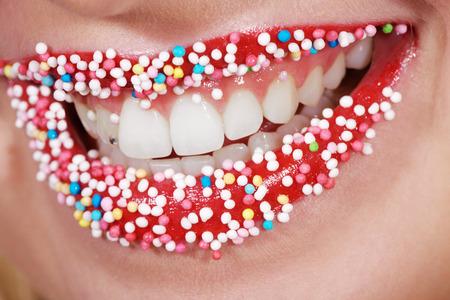 schöne Zähne und Lippen mit bunten Perlen Zucker Lizenzfreie Bilder - 31588111