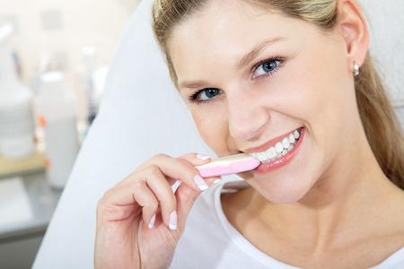 Modell mit schönen Zähnen Süßigkeiten Lizenzfreie Bilder - 31459108