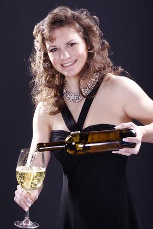 Schöne Frau trinkt ein Glas Wein Standard-Bild