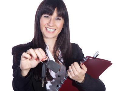 Geschäftsfrau, die mit Autoschlüssel und Vertrag