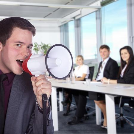 Geschäftsmann mit einem Megaphon im Amt Standard-Bild