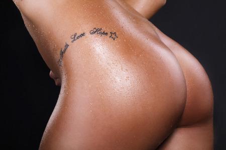 Nude Gesäß einer Frau mit Tätowierung Standard-Bild