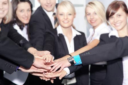 Teamwork gestapelt alle Hände aufeinander