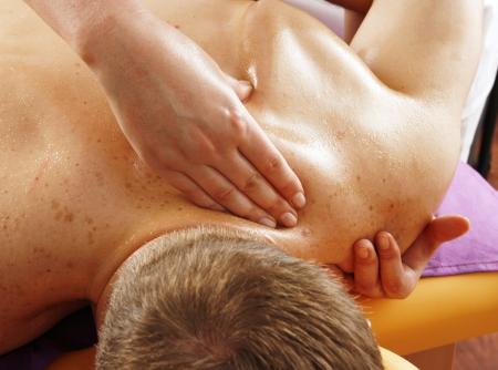 medicina natural: Masaje de espalda de un hombre
