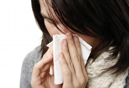 allerg�nes: Femme qui a pris froid isol� sur fond blanc