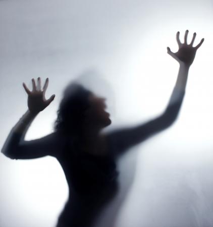 raiva: Silhueta de uma mulher sreaming