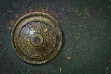 slot met sleuteltje: de oude en grunge vintage wijzerplaat sleutel slot veilig Stockfoto