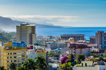 The Western District of Puerto de la Cruz is Characterized by residential buildings. An arterial road leads south. Everywhere there are parks and small Parks.Weiter behind the Atlantic coast