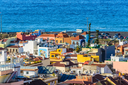 to dominate: As seen from above the old town of Puerto de la Cruz. Roof terraces and balconies dominate the picture. From this perspective, one can rediscover the city. Further back on the Atlantic coast Parking spaces are created.