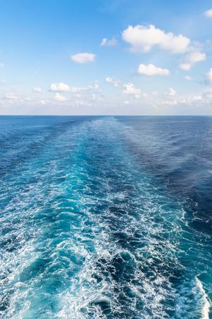 青い海 - 垂直にプロペラの後流 写真素材