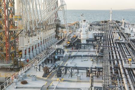 Tanker entladen wird zum Ölterminal in den VAE