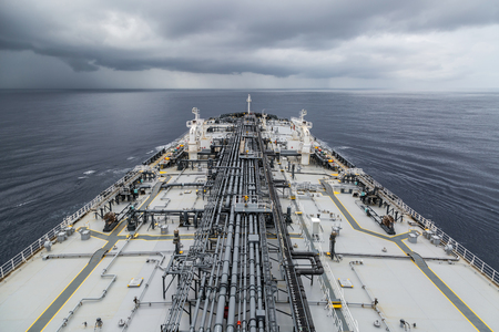 Ölprodukte Tanker laufen in den Ozean unter bewölkten Himmel.